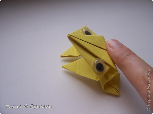 Одна из традиционных фигурок, складывающихся из бумаги – прыгающая лягушка-поскакушка. Ее секрет состоит в том, что на ее нижнем крае находится толстая складка. Ее можно надавить пальцем к столу. Когда палец резко сдвигают вниз, складка действует как пружинка, и лягушка устремляется вперед. Попробуйте устроить соревнования лягушек – чья лучше запрыгнет в импровизированный пруд-вазочку. Лягушенок Кермет прыгать не умеет, но зато очень любит поболтать. Он может с удовольствием примкнуть к группе болельщиков, или даже выступить в качестве судьи на состязаниях в прыжках. фото 21