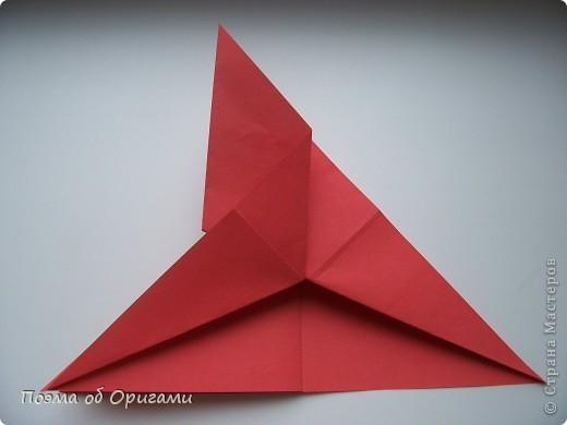 Двигающиеся модели неспроста пользуются большим успехом. Обычный сложенный квадрат способен буквально ожить в руках мастера. Каждая из этих трех птичек умеет делать что-то свое.  Желтый птенец, как и подобает птичьим малышам - постоянно голоден, а потому, характерно для этого, то открывает широко клюв, то лишь ненадолго его прикрывает. Его придумал Хуан Гимено из Испании. Красная птица умеет махать крыльями. В своем мастерстве она по праву считается одной из лучших в мире, так как ее крылья во время полета совершают широкие взмахи, почти сходясь сверху и снизу тела. Ее придумал Самуэль Рандлетт из США. Синяя птица умеет ловко клевать зернышки из кормушки. Эта модель, в отличии от предыдущих, известна очень давно и легко складывается с небольшой вариацией из классической модели журавлика. Вся конструкция крепится к ленте с помощью не больших канцелярских прищепочек.  В любой момент каждая из них готова от нее оторваться, что бы с радостью заняться своим излюблиным занятием в Ваших руках. фото 21