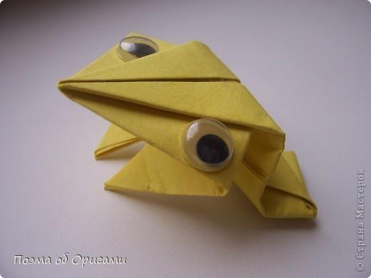 Одна из традиционных фигурок, складывающихся из бумаги – прыгающая лягушка-поскакушка. Ее секрет состоит в том, что на ее нижнем крае находится толстая складка. Ее можно надавить пальцем к столу. Когда палец резко сдвигают вниз, складка действует как пружинка, и лягушка устремляется вперед. Попробуйте устроить соревнования лягушек – чья лучше запрыгнет в импровизированный пруд-вазочку. Лягушенок Кермет прыгать не умеет, но зато очень любит поболтать. Он может с удовольствием примкнуть к группе болельщиков, или даже выступить в качестве судьи на состязаниях в прыжках. фото 22