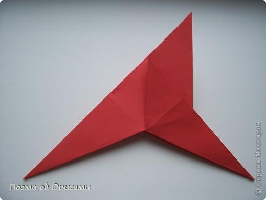 Двигающиеся модели неспроста пользуются большим успехом. Обычный сложенный квадрат способен буквально ожить в руках мастера. Каждая из этих трех птичек умеет делать что-то свое.  Желтый птенец, как и подобает птичьим малышам - постоянно голоден, а потому, характерно для этого, то открывает широко клюв, то лишь ненадолго его прикрывает. Его придумал Хуан Гимено из Испании. Красная птица умеет махать крыльями. В своем мастерстве она по праву считается одной из лучших в мире, так как ее крылья во время полета совершают широкие взмахи, почти сходясь сверху и снизу тела. Ее придумал Самуэль Рандлетт из США. Синяя птица умеет ловко клевать зернышки из кормушки. Эта модель, в отличии от предыдущих, известна очень давно и легко складывается с небольшой вариацией из классической модели журавлика. Вся конструкция крепится к ленте с помощью не больших канцелярских прищепочек.  В любой момент каждая из них готова от нее оторваться, что бы с радостью заняться своим излюблиным занятием в Ваших руках. фото 22