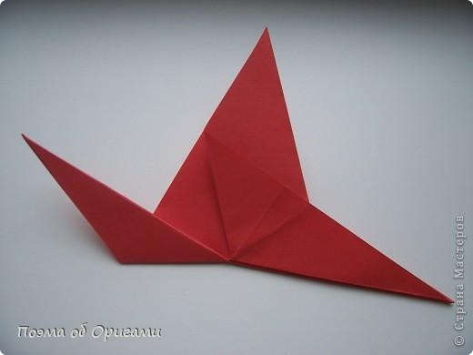 Двигающиеся модели неспроста пользуются большим успехом. Обычный сложенный квадрат способен буквально ожить в руках мастера. Каждая из этих трех птичек умеет делать что-то свое.  Желтый птенец, как и подобает птичьим малышам - постоянно голоден, а потому, характерно для этого, то открывает широко клюв, то лишь ненадолго его прикрывает. Его придумал Хуан Гимено из Испании. Красная птица умеет махать крыльями. В своем мастерстве она по праву считается одной из лучших в мире, так как ее крылья во время полета совершают широкие взмахи, почти сходясь сверху и снизу тела. Ее придумал Самуэль Рандлетт из США. Синяя птица умеет ловко клевать зернышки из кормушки. Эта модель, в отличии от предыдущих, известна очень давно и легко складывается с небольшой вариацией из классической модели журавлика. Вся конструкция крепится к ленте с помощью не больших канцелярских прищепочек.  В любой момент каждая из них готова от нее оторваться, что бы с радостью заняться своим излюблиным занятием в Ваших руках. фото 23