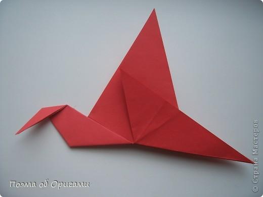 Двигающиеся модели неспроста пользуются большим успехом. Обычный сложенный квадрат способен буквально ожить в руках мастера. Каждая из этих трех птичек умеет делать что-то свое.  Желтый птенец, как и подобает птичьим малышам - постоянно голоден, а потому, характерно для этого, то открывает широко клюв, то лишь ненадолго его прикрывает. Его придумал Хуан Гимено из Испании. Красная птица умеет махать крыльями. В своем мастерстве она по праву считается одной из лучших в мире, так как ее крылья во время полета совершают широкие взмахи, почти сходясь сверху и снизу тела. Ее придумал Самуэль Рандлетт из США. Синяя птица умеет ловко клевать зернышки из кормушки. Эта модель, в отличии от предыдущих, известна очень давно и легко складывается с небольшой вариацией из классической модели журавлика. Вся конструкция крепится к ленте с помощью не больших канцелярских прищепочек.  В любой момент каждая из них готова от нее оторваться, что бы с радостью заняться своим излюблиным занятием в Ваших руках. фото 24