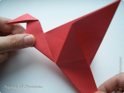 Двигающиеся модели неспроста пользуются большим успехом. Обычный сложенный квадрат способен буквально ожить в руках мастера. Каждая из этих трех птичек умеет делать что-то свое.  Желтый птенец, как и подобает птичьим малышам - постоянно голоден, а потому, характерно для этого, то открывает широко клюв, то лишь ненадолго его прикрывает. Его придумал Хуан Гимено из Испании. Красная птица умеет махать крыльями. В своем мастерстве она по праву считается одной из лучших в мире, так как ее крылья во время полета совершают широкие взмахи, почти сходясь сверху и снизу тела. Ее придумал Самуэль Рандлетт из США. Синяя птица умеет ловко клевать зернышки из кормушки. Эта модель, в отличии от предыдущих, известна очень давно и легко складывается с небольшой вариацией из классической модели журавлика. Вся конструкция крепится к ленте с помощью не больших канцелярских прищепочек.  В любой момент каждая из них готова от нее оторваться, что бы с радостью заняться своим излюблиным занятием в Ваших руках. фото 25