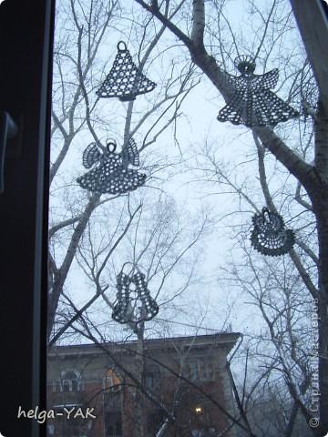 Вяжем фигурки на рождественскую тему.Как связать см.: http://stranamasterov.ru/node/132499 . Смазываем немного с изнанки клеем ПВА,прикладываем к стеклу,прижимаем ладонью.Немного ждём-и готово.  фото 3