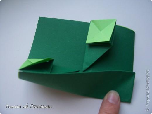 Одна из традиционных фигурок, складывающихся из бумаги – прыгающая лягушка-поскакушка. Ее секрет состоит в том, что на ее нижнем крае находится толстая складка. Ее можно надавить пальцем к столу. Когда палец резко сдвигают вниз, складка действует как пружинка, и лягушка устремляется вперед. Попробуйте устроить соревнования лягушек – чья лучше запрыгнет в импровизированный пруд-вазочку. Лягушенок Кермет прыгать не умеет, но зато очень любит поболтать. Он может с удовольствием примкнуть к группе болельщиков, или даже выступить в качестве судьи на состязаниях в прыжках. фото 30