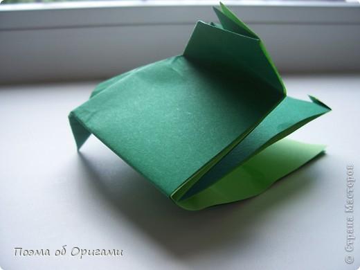 Одна из традиционных фигурок, складывающихся из бумаги – прыгающая лягушка-поскакушка. Ее секрет состоит в том, что на ее нижнем крае находится толстая складка. Ее можно надавить пальцем к столу. Когда палец резко сдвигают вниз, складка действует как пружинка, и лягушка устремляется вперед. Попробуйте устроить соревнования лягушек – чья лучше запрыгнет в импровизированный пруд-вазочку. Лягушенок Кермет прыгать не умеет, но зато очень любит поболтать. Он может с удовольствием примкнуть к группе болельщиков, или даже выступить в качестве судьи на состязаниях в прыжках. фото 32