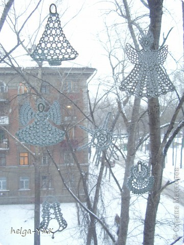 Вяжем фигурки на рождественскую тему.Как связать см.: http://stranamasterov.ru/node/132499 . Смазываем немного с изнанки клеем ПВА,прикладываем к стеклу,прижимаем ладонью.Немного ждём-и готово.  фото 4