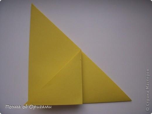 Двигающиеся модели неспроста пользуются большим успехом. Обычный сложенный квадрат способен буквально ожить в руках мастера. Каждая из этих трех птичек умеет делать что-то свое.  Желтый птенец, как и подобает птичьим малышам - постоянно голоден, а потому, характерно для этого, то открывает широко клюв, то лишь ненадолго его прикрывает. Его придумал Хуан Гимено из Испании. Красная птица умеет махать крыльями. В своем мастерстве она по праву считается одной из лучших в мире, так как ее крылья во время полета совершают широкие взмахи, почти сходясь сверху и снизу тела. Ее придумал Самуэль Рандлетт из США. Синяя птица умеет ловко клевать зернышки из кормушки. Эта модель, в отличии от предыдущих, известна очень давно и легко складывается с небольшой вариацией из классической модели журавлика. Вся конструкция крепится к ленте с помощью не больших канцелярских прищепочек.  В любой момент каждая из них готова от нее оторваться, что бы с радостью заняться своим излюблиным занятием в Ваших руках. фото 4