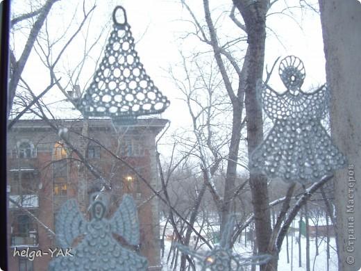 Вяжем фигурки на рождественскую тему.Как связать см.: http://stranamasterov.ru/node/132499 . Смазываем немного с изнанки клеем ПВА,прикладываем к стеклу,прижимаем ладонью.Немного ждём-и готово.  фото 5