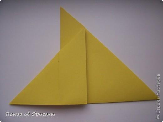 Двигающиеся модели неспроста пользуются большим успехом. Обычный сложенный квадрат способен буквально ожить в руках мастера. Каждая из этих трех птичек умеет делать что-то свое.  Желтый птенец, как и подобает птичьим малышам - постоянно голоден, а потому, характерно для этого, то открывает широко клюв, то лишь ненадолго его прикрывает. Его придумал Хуан Гимено из Испании. Красная птица умеет махать крыльями. В своем мастерстве она по праву считается одной из лучших в мире, так как ее крылья во время полета совершают широкие взмахи, почти сходясь сверху и снизу тела. Ее придумал Самуэль Рандлетт из США. Синяя птица умеет ловко клевать зернышки из кормушки. Эта модель, в отличии от предыдущих, известна очень давно и легко складывается с небольшой вариацией из классической модели журавлика. Вся конструкция крепится к ленте с помощью не больших канцелярских прищепочек.  В любой момент каждая из них готова от нее оторваться, что бы с радостью заняться своим излюблиным занятием в Ваших руках. фото 5