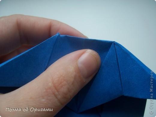 Одна из традиционных фигурок, складывающихся из бумаги – прыгающая лягушка-поскакушка. Ее секрет состоит в том, что на ее нижнем крае находится толстая складка. Ее можно надавить пальцем к столу. Когда палец резко сдвигают вниз, складка действует как пружинка, и лягушка устремляется вперед. Попробуйте устроить соревнования лягушек – чья лучше запрыгнет в импровизированный пруд-вазочку. Лягушенок Кермет прыгать не умеет, но зато очень любит поболтать. Он может с удовольствием примкнуть к группе болельщиков, или даже выступить в качестве судьи на состязаниях в прыжках. фото 43