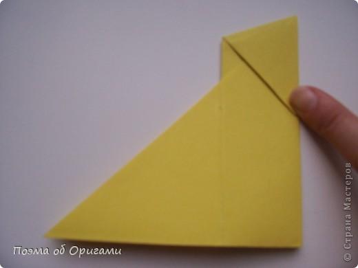 Двигающиеся модели неспроста пользуются большим успехом. Обычный сложенный квадрат способен буквально ожить в руках мастера. Каждая из этих трех птичек умеет делать что-то свое.  Желтый птенец, как и подобает птичьим малышам - постоянно голоден, а потому, характерно для этого, то открывает широко клюв, то лишь ненадолго его прикрывает. Его придумал Хуан Гимено из Испании. Красная птица умеет махать крыльями. В своем мастерстве она по праву считается одной из лучших в мире, так как ее крылья во время полета совершают широкие взмахи, почти сходясь сверху и снизу тела. Ее придумал Самуэль Рандлетт из США. Синяя птица умеет ловко клевать зернышки из кормушки. Эта модель, в отличии от предыдущих, известна очень давно и легко складывается с небольшой вариацией из классической модели журавлика. Вся конструкция крепится к ленте с помощью не больших канцелярских прищепочек.  В любой момент каждая из них готова от нее оторваться, что бы с радостью заняться своим излюблиным занятием в Ваших руках. фото 6