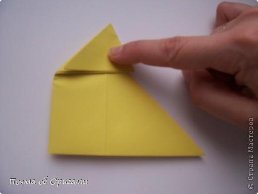 Двигающиеся модели неспроста пользуются большим успехом. Обычный сложенный квадрат способен буквально ожить в руках мастера. Каждая из этих трех птичек умеет делать что-то свое.  Желтый птенец, как и подобает птичьим малышам - постоянно голоден, а потому, характерно для этого, то открывает широко клюв, то лишь ненадолго его прикрывает. Его придумал Хуан Гимено из Испании. Красная птица умеет махать крыльями. В своем мастерстве она по праву считается одной из лучших в мире, так как ее крылья во время полета совершают широкие взмахи, почти сходясь сверху и снизу тела. Ее придумал Самуэль Рандлетт из США. Синяя птица умеет ловко клевать зернышки из кормушки. Эта модель, в отличии от предыдущих, известна очень давно и легко складывается с небольшой вариацией из классической модели журавлика. Вся конструкция крепится к ленте с помощью не больших канцелярских прищепочек.  В любой момент каждая из них готова от нее оторваться, что бы с радостью заняться своим излюблиным занятием в Ваших руках. фото 7