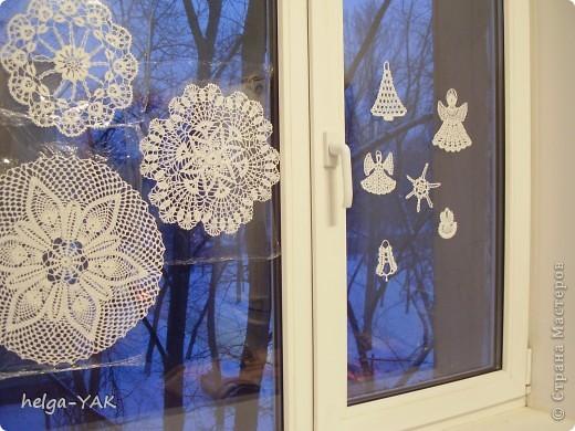 Вяжем фигурки на рождественскую тему.Как связать см.: http://stranamasterov.ru/node/132499 . Смазываем немного с изнанки клеем ПВА,прикладываем к стеклу,прижимаем ладонью.Немного ждём-и готово.  фото 6