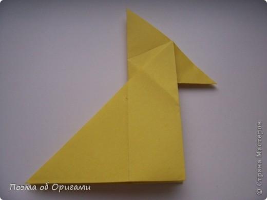 Двигающиеся модели неспроста пользуются большим успехом. Обычный сложенный квадрат способен буквально ожить в руках мастера. Каждая из этих трех птичек умеет делать что-то свое.  Желтый птенец, как и подобает птичьим малышам - постоянно голоден, а потому, характерно для этого, то открывает широко клюв, то лишь ненадолго его прикрывает. Его придумал Хуан Гимено из Испании. Красная птица умеет махать крыльями. В своем мастерстве она по праву считается одной из лучших в мире, так как ее крылья во время полета совершают широкие взмахи, почти сходясь сверху и снизу тела. Ее придумал Самуэль Рандлетт из США. Синяя птица умеет ловко клевать зернышки из кормушки. Эта модель, в отличии от предыдущих, известна очень давно и легко складывается с небольшой вариацией из классической модели журавлика. Вся конструкция крепится к ленте с помощью не больших канцелярских прищепочек.  В любой момент каждая из них готова от нее оторваться, что бы с радостью заняться своим излюблиным занятием в Ваших руках. фото 8