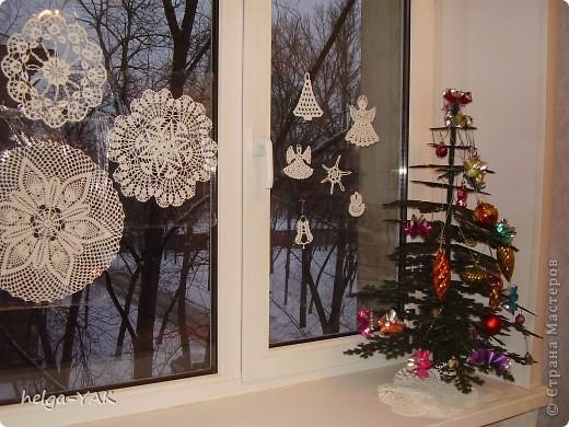 Вяжем фигурки на рождественскую тему.Как связать см.: http://stranamasterov.ru/node/132499 . Смазываем немного с изнанки клеем ПВА,прикладываем к стеклу,прижимаем ладонью.Немного ждём-и готово.  фото 7