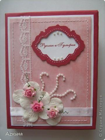 Такие свадебные фотоальбомы мы подарили своим родителям на память о нашей свадьбе. Купили обычные фотоальбомы 10 на 15 см на 36 фотографий и я украсила их на свой вкус. Первый фотоальбом сделала в бордово-розовом цвете. фото 1