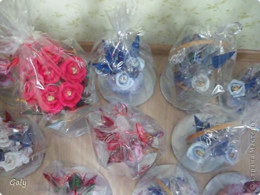 Букеты из конфет упакованы и ждут своего часа фото 3