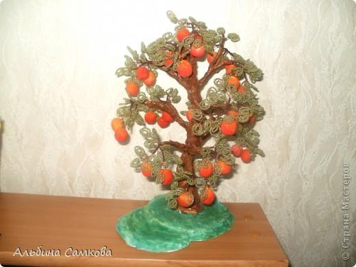 Сделала первое дерево. Высота 31 см. Яблоки из соленого теста, расписывала по МК Марины Архиповой, за что ей большое спасибо. фото 4