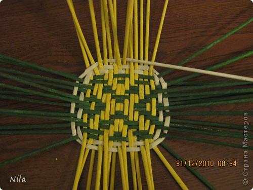 Сделала еще одну тарелочку. На этот раз фотографировала процесс. Здесь выкладу подробное плетение дна .Цвета можно обыгрывать по разному, как и само плетение. Просто показываю принцип. Чтобы дно было прочное и не рассыпалось , надо  обплетать не более 4 трубочек. Можно один ряд пропустить 6, но тогда следующий ряд обплести погуще фото 18