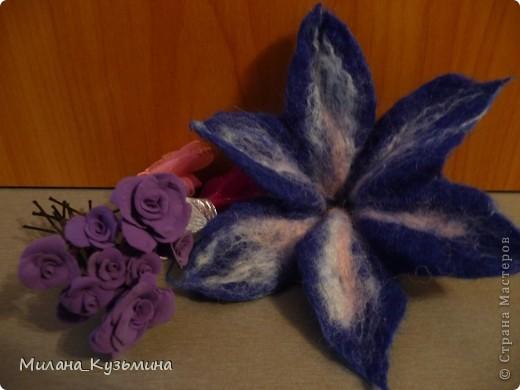 Шпильки с розочками, и резинка с шерстяным цветочком