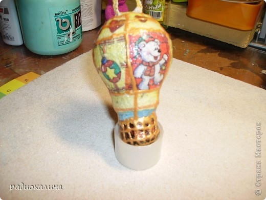 Были у меня старые лампочки, которые хотели выбросить, а мне стало их так жалко и переделала их в елочные игрушки с помощью салфеток . фото 5