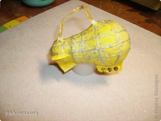 Были у меня старые лампочки, которые хотели выбросить, а мне стало их так жалко и переделала их в елочные игрушки с помощью салфеток . фото 7