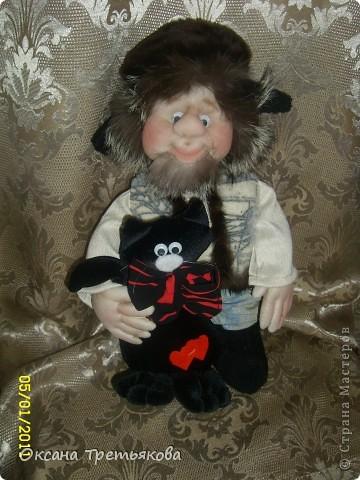 Ну вот мой очередной лохматик. На этот раз это подарок для моей соседки, а она подарит его своему любимому человеку. Соседка у меня замечательная - работает швеей и постоянно снабжает меня обрезками тканей, а кто занимается творчеством связанным с куклами понимает какой это клад. Благодаря ей мои куклы могут быть одеты не только красиво, но еще и дорого, так как ткани у нее далеко не из дешовой группы. А еще моя соседка подарила мне импортную швейную машину - за что ей низкий поклон. Машинка прелесть, после моей старой советской просто сказка. Ну вот в итоге как говорится чем могу - тем и благодарю. Просьба была одна - чтоб был домовой  с черным котом. Как могла исполняла. Так как у ее любимого человека черный кот является талисманом. фото 1