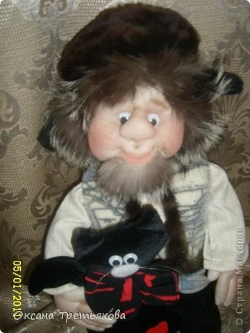 Ну вот мой очередной лохматик. На этот раз это подарок для моей соседки, а она подарит его своему любимому человеку. Соседка у меня замечательная - работает швеей и постоянно снабжает меня обрезками тканей, а кто занимается творчеством связанным с куклами понимает какой это клад. Благодаря ей мои куклы могут быть одеты не только красиво, но еще и дорого, так как ткани у нее далеко не из дешовой группы. А еще моя соседка подарила мне импортную швейную машину - за что ей низкий поклон. Машинка прелесть, после моей старой советской просто сказка. Ну вот в итоге как говорится чем могу - тем и благодарю. Просьба была одна - чтоб был домовой  с черным котом. Как могла исполняла. Так как у ее любимого человека черный кот является талисманом. фото 2