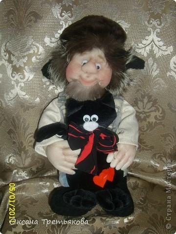 Ну вот мой очередной лохматик. На этот раз это подарок для моей соседки, а она подарит его своему любимому человеку. Соседка у меня замечательная - работает швеей и постоянно снабжает меня обрезками тканей, а кто занимается творчеством связанным с куклами понимает какой это клад. Благодаря ей мои куклы могут быть одеты не только красиво, но еще и дорого, так как ткани у нее далеко не из дешовой группы. А еще моя соседка подарила мне импортную швейную машину - за что ей низкий поклон. Машинка прелесть, после моей старой советской просто сказка. Ну вот в итоге как говорится чем могу - тем и благодарю. Просьба была одна - чтоб был домовой  с черным котом. Как могла исполняла. Так как у ее любимого человека черный кот является талисманом. фото 4