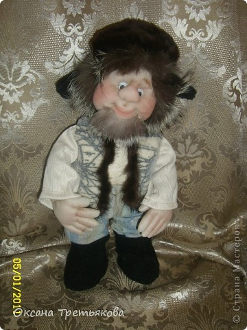 Ну вот мой очередной лохматик. На этот раз это подарок для моей соседки, а она подарит его своему любимому человеку. Соседка у меня замечательная - работает швеей и постоянно снабжает меня обрезками тканей, а кто занимается творчеством связанным с куклами понимает какой это клад. Благодаря ей мои куклы могут быть одеты не только красиво, но еще и дорого, так как ткани у нее далеко не из дешовой группы. А еще моя соседка подарила мне импортную швейную машину - за что ей низкий поклон. Машинка прелесть, после моей старой советской просто сказка. Ну вот в итоге как говорится чем могу - тем и благодарю. Просьба была одна - чтоб был домовой  с черным котом. Как могла исполняла. Так как у ее любимого человека черный кот является талисманом. фото 5