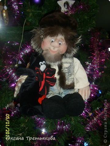 Ну вот мой очередной лохматик. На этот раз это подарок для моей соседки, а она подарит его своему любимому человеку. Соседка у меня замечательная - работает швеей и постоянно снабжает меня обрезками тканей, а кто занимается творчеством связанным с куклами понимает какой это клад. Благодаря ей мои куклы могут быть одеты не только красиво, но еще и дорого, так как ткани у нее далеко не из дешовой группы. А еще моя соседка подарила мне импортную швейную машину - за что ей низкий поклон. Машинка прелесть, после моей старой советской просто сказка. Ну вот в итоге как говорится чем могу - тем и благодарю. Просьба была одна - чтоб был домовой  с черным котом. Как могла исполняла. Так как у ее любимого человека черный кот является талисманом. фото 6