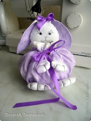 Вот такая вот зайка - подарок любимой крестнице. Внутри - конфетки и мандаринки.  фото 3