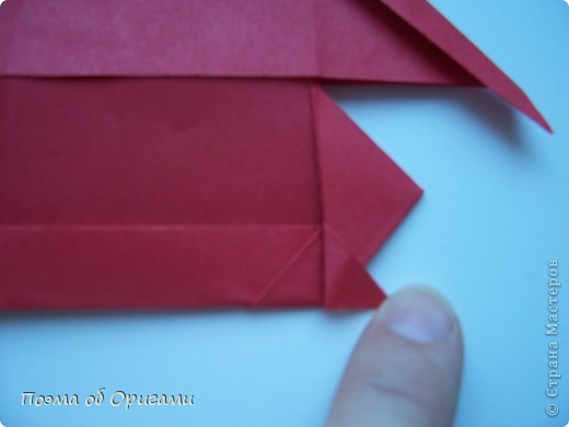 В качестве символа 2011 год делят между собой два животного китайского календаря. Видимо, это не простое совпадение, ведь у них и правда много общего. Оба с кротким нравом и пушистой шубкой.  Этого кролика придумал Стефан О`Хонор, а котика – Джо Накашима.  Подставка в форме четырех сердец – модель Френсиса Оу. Вся композиция сложена из квадратов одинакового размера(2 красных и 2 белых), в данном случае 20х20см. Как сложить из полос бумаги цифры – можете вспомнить в этом МК: http://stranamasterov.ru/node/127038 фото 13