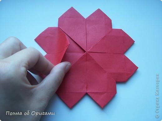 В качестве символа 2011 год делят между собой два животного китайского календаря. Видимо, это не простое совпадение, ведь у них и правда много общего. Оба с кротким нравом и пушистой шубкой.  Этого кролика придумал Стефан О`Хонор, а котика – Джо Накашима.  Подставка в форме четырех сердец – модель Френсиса Оу. Вся композиция сложена из квадратов одинакового размера(2 красных и 2 белых), в данном случае 20х20см. Как сложить из полос бумаги цифры – можете вспомнить в этом МК: https://stranamasterov.ru/node/127038 фото 17