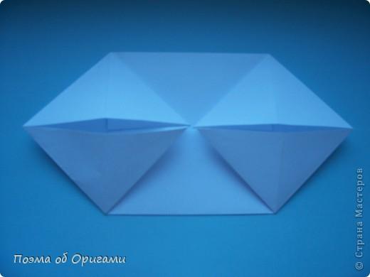 В качестве символа 2011 год делят между собой два животного китайского календаря. Видимо, это не простое совпадение, ведь у них и правда много общего. Оба с кротким нравом и пушистой шубкой.  Этого кролика придумал Стефан О`Хонор, а котика – Джо Накашима.  Подставка в форме четырех сердец – модель Френсиса Оу. Вся композиция сложена из квадратов одинакового размера(2 красных и 2 белых), в данном случае 20х20см. Как сложить из полос бумаги цифры – можете вспомнить в этом МК: http://stranamasterov.ru/node/127038 фото 27