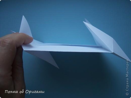 В качестве символа 2011 год делят между собой два животного китайского календаря. Видимо, это не простое совпадение, ведь у них и правда много общего. Оба с кротким нравом и пушистой шубкой.  Этого кролика придумал Стефан О`Хонор, а котика – Джо Накашима.  Подставка в форме четырех сердец – модель Френсиса Оу. Вся композиция сложена из квадратов одинакового размера(2 красных и 2 белых), в данном случае 20х20см. Как сложить из полос бумаги цифры – можете вспомнить в этом МК: http://stranamasterov.ru/node/127038 фото 28