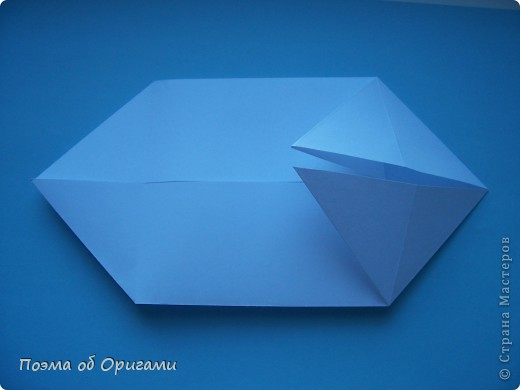 В качестве символа 2011 год делят между собой два животного китайского календаря. Видимо, это не простое совпадение, ведь у них и правда много общего. Оба с кротким нравом и пушистой шубкой.  Этого кролика придумал Стефан О`Хонор, а котика – Джо Накашима.  Подставка в форме четырех сердец – модель Френсиса Оу. Вся композиция сложена из квадратов одинакового размера(2 красных и 2 белых), в данном случае 20х20см. Как сложить из полос бумаги цифры – можете вспомнить в этом МК: http://stranamasterov.ru/node/127038 фото 29
