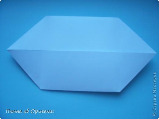 В качестве символа 2011 год делят между собой два животного китайского календаря. Видимо, это не простое совпадение, ведь у них и правда много общего. Оба с кротким нравом и пушистой шубкой.  Этого кролика придумал Стефан О`Хонор, а котика – Джо Накашима.  Подставка в форме четырех сердец – модель Френсиса Оу. Вся композиция сложена из квадратов одинакового размера(2 красных и 2 белых), в данном случае 20х20см. Как сложить из полос бумаги цифры – можете вспомнить в этом МК: https://stranamasterov.ru/node/127038 фото 30