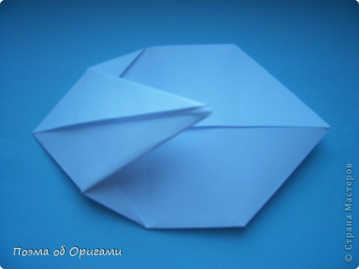 В качестве символа 2011 год делят между собой два животного китайского календаря. Видимо, это не простое совпадение, ведь у них и правда много общего. Оба с кротким нравом и пушистой шубкой.  Этого кролика придумал Стефан О`Хонор, а котика – Джо Накашима.  Подставка в форме четырех сердец – модель Френсиса Оу. Вся композиция сложена из квадратов одинакового размера(2 красных и 2 белых), в данном случае 20х20см. Как сложить из полос бумаги цифры – можете вспомнить в этом МК: https://stranamasterov.ru/node/127038 фото 35