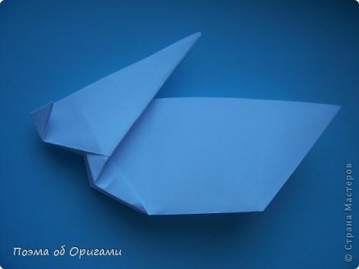 В качестве символа 2011 год делят между собой два животного китайского календаря. Видимо, это не простое совпадение, ведь у них и правда много общего. Оба с кротким нравом и пушистой шубкой.  Этого кролика придумал Стефан О`Хонор, а котика – Джо Накашима.  Подставка в форме четырех сердец – модель Френсиса Оу. Вся композиция сложена из квадратов одинакового размера(2 красных и 2 белых), в данном случае 20х20см. Как сложить из полос бумаги цифры – можете вспомнить в этом МК: http://stranamasterov.ru/node/127038 фото 38