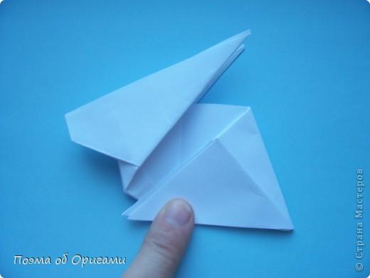 В качестве символа 2011 год делят между собой два животного китайского календаря. Видимо, это не простое совпадение, ведь у них и правда много общего. Оба с кротким нравом и пушистой шубкой.  Этого кролика придумал Стефан О`Хонор, а котика – Джо Накашима.  Подставка в форме четырех сердец – модель Френсиса Оу. Вся композиция сложена из квадратов одинакового размера(2 красных и 2 белых), в данном случае 20х20см. Как сложить из полос бумаги цифры – можете вспомнить в этом МК: http://stranamasterov.ru/node/127038 фото 39