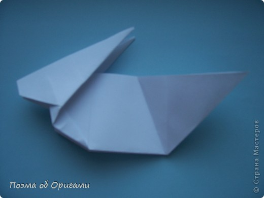В качестве символа 2011 год делят между собой два животного китайского календаря. Видимо, это не простое совпадение, ведь у них и правда много общего. Оба с кротким нравом и пушистой шубкой.  Этого кролика придумал Стефан О`Хонор, а котика – Джо Накашима.  Подставка в форме четырех сердец – модель Френсиса Оу. Вся композиция сложена из квадратов одинакового размера(2 красных и 2 белых), в данном случае 20х20см. Как сложить из полос бумаги цифры – можете вспомнить в этом МК: http://stranamasterov.ru/node/127038 фото 40
