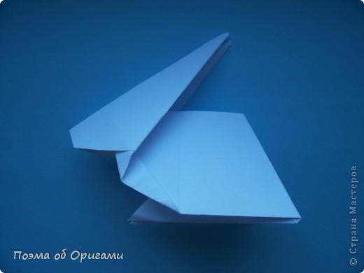 В качестве символа 2011 год делят между собой два животного китайского календаря. Видимо, это не простое совпадение, ведь у них и правда много общего. Оба с кротким нравом и пушистой шубкой.  Этого кролика придумал Стефан О`Хонор, а котика – Джо Накашима.  Подставка в форме четырех сердец – модель Френсиса Оу. Вся композиция сложена из квадратов одинакового размера(2 красных и 2 белых), в данном случае 20х20см. Как сложить из полос бумаги цифры – можете вспомнить в этом МК: http://stranamasterov.ru/node/127038 фото 41