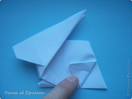 В качестве символа 2011 год делят между собой два животного китайского календаря. Видимо, это не простое совпадение, ведь у них и правда много общего. Оба с кротким нравом и пушистой шубкой.  Этого кролика придумал Стефан О`Хонор, а котика – Джо Накашима.  Подставка в форме четырех сердец – модель Френсиса Оу. Вся композиция сложена из квадратов одинакового размера(2 красных и 2 белых), в данном случае 20х20см. Как сложить из полос бумаги цифры – можете вспомнить в этом МК: http://stranamasterov.ru/node/127038 фото 42