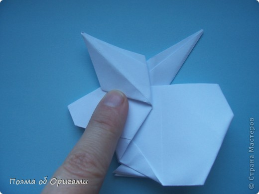 В качестве символа 2011 год делят между собой два животного китайского календаря. Видимо, это не простое совпадение, ведь у них и правда много общего. Оба с кротким нравом и пушистой шубкой.  Этого кролика придумал Стефан О`Хонор, а котика – Джо Накашима.  Подставка в форме четырех сердец – модель Френсиса Оу. Вся композиция сложена из квадратов одинакового размера(2 красных и 2 белых), в данном случае 20х20см. Как сложить из полос бумаги цифры – можете вспомнить в этом МК: http://stranamasterov.ru/node/127038 фото 43