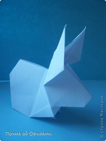 В качестве символа 2011 год делят между собой два животного китайского календаря. Видимо, это не простое совпадение, ведь у них и правда много общего. Оба с кротким нравом и пушистой шубкой.  Этого кролика придумал Стефан О`Хонор, а котика – Джо Накашима.  Подставка в форме четырех сердец – модель Френсиса Оу. Вся композиция сложена из квадратов одинакового размера(2 красных и 2 белых), в данном случае 20х20см. Как сложить из полос бумаги цифры – можете вспомнить в этом МК: http://stranamasterov.ru/node/127038 фото 44