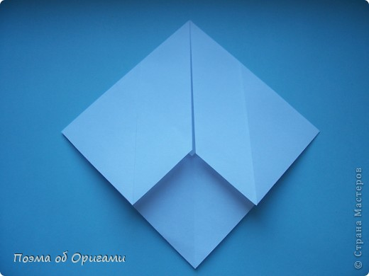 В качестве символа 2011 год делят между собой два животного китайского календаря. Видимо, это не простое совпадение, ведь у них и правда много общего. Оба с кротким нравом и пушистой шубкой.  Этого кролика придумал Стефан О`Хонор, а котика – Джо Накашима.  Подставка в форме четырех сердец – модель Френсиса Оу. Вся композиция сложена из квадратов одинакового размера(2 красных и 2 белых), в данном случае 20х20см. Как сложить из полос бумаги цифры – можете вспомнить в этом МК: https://stranamasterov.ru/node/127038 фото 49