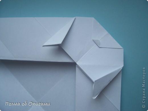 В качестве символа 2011 год делят между собой два животного китайского календаря. Видимо, это не простое совпадение, ведь у них и правда много общего. Оба с кротким нравом и пушистой шубкой.  Этого кролика придумал Стефан О`Хонор, а котика – Джо Накашима.  Подставка в форме четырех сердец – модель Френсиса Оу. Вся композиция сложена из квадратов одинакового размера(2 красных и 2 белых), в данном случае 20х20см. Как сложить из полос бумаги цифры – можете вспомнить в этом МК: https://stranamasterov.ru/node/127038 фото 64