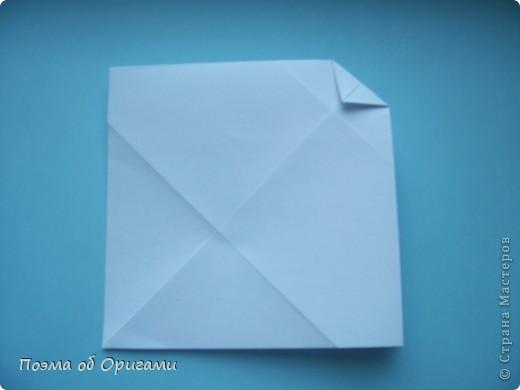 В качестве символа 2011 год делят между собой два животного китайского календаря. Видимо, это не простое совпадение, ведь у них и правда много общего. Оба с кротким нравом и пушистой шубкой.  Этого кролика придумал Стефан О`Хонор, а котика – Джо Накашима.  Подставка в форме четырех сердец – модель Френсиса Оу. Вся композиция сложена из квадратов одинакового размера(2 красных и 2 белых), в данном случае 20х20см. Как сложить из полос бумаги цифры – можете вспомнить в этом МК: https://stranamasterov.ru/node/127038 фото 65